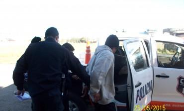 Un policía resultó lesionado mientras intentaba aprender a dos sujetos