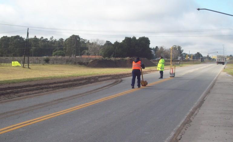 Colocan delineadores de tránsito y cintas reflectivas en la Ruta 228