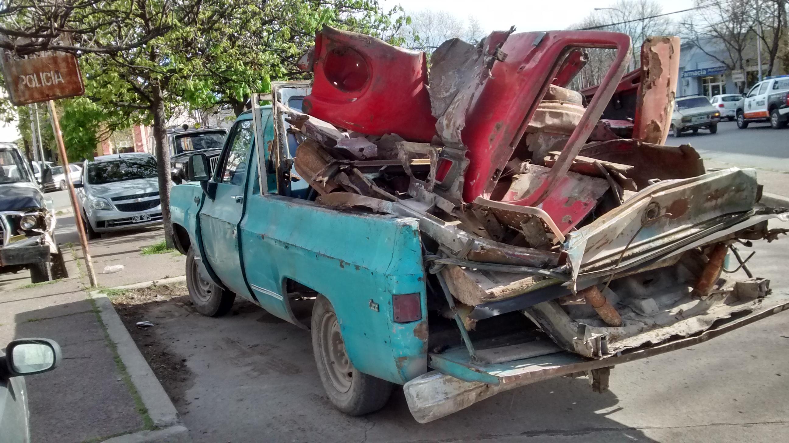 En horas de la tarde de hoy fueron sorprendidos dos sujetos cuando fueron  encontrados mientras cortaban y desarmaban un camión Mercedes Benz 1114, ...