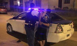 Con el auto flojo de papeles le pegó a un policía