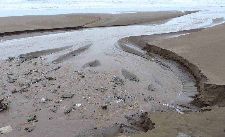 """Conexiones clandestinas de cloacas terminan en los pluviales de """"el caño"""", la rambla y el rio"""