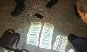 Extranjero e indocumentado detenido con dólares falsos