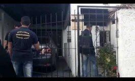 Ginecólogo de 75 años detenido por abuso. Cuando la policía entró a buscarlo a su casa estaba escondido debajo de la cama