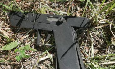 Encontró un arma tirada en el patio de su casa
