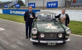 Promocionan Necochea por las rutas del país a bordo de un Peugeot 404 modelo 79