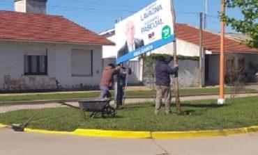 Se cansaron de pedirle a Pascual que retire los carteles de campaña y tuvieron que sacarlos los municipales