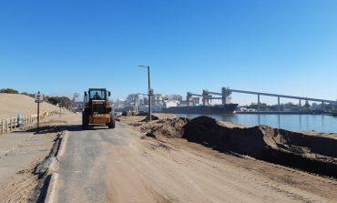 Limpieza de arena en la Escollera Sur para garantizar el tránsito peatonal