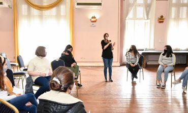 Capacitación en lengua de señas a jóvenes con material de Barrio Cultura